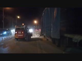 На Орджоникидзе из фуры выпали мешки с цементом (2)