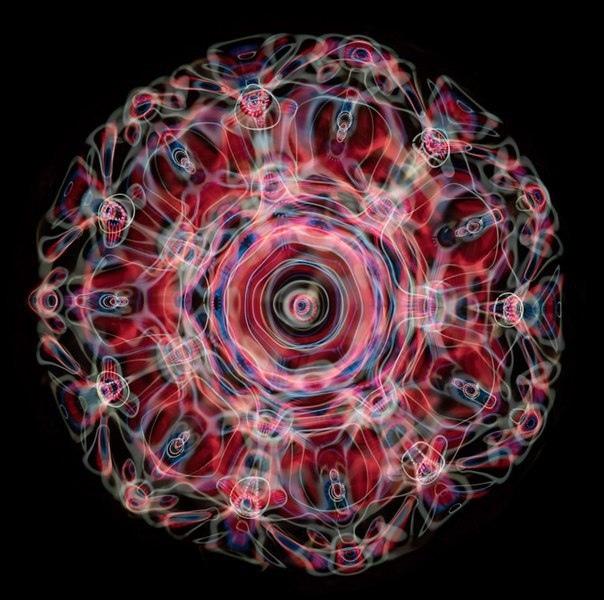 Как выглядит звук Если бы вы захотели увидеть звуковую волну, как бы она выглядела Фотограф Линден Гледхилл решил выяснить это с помощью воды и неонового света. В результате получилась настоящая