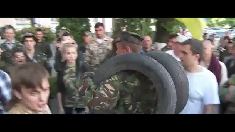Майдановцы в Киеве штурмуют здание Госпогранслужбы требуя отставки Николая Литвина за потерю контроля над границей на Востоке