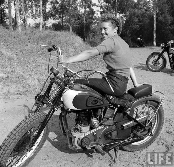 Дерзкие снимки женщин-мотоциклисток 1949 года, ставших героинями выпуска LIFE Мотоциклы не женское дело Наша сегодняшняя ретроподборка убедит вас в обратном. Эти незабываемые фотографии сделал