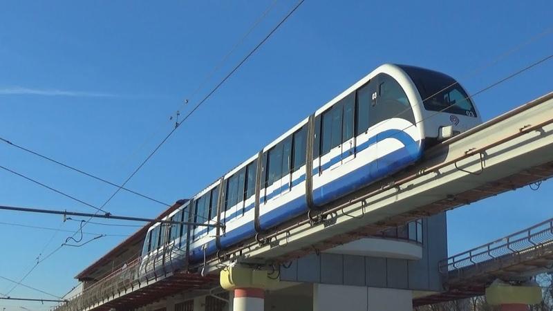 Монорельсовый поезд ЭПС intamin-P30 отправляется со станции Выставочный Центр