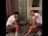 Трент и Эрик Дайер играют в шахматы )
