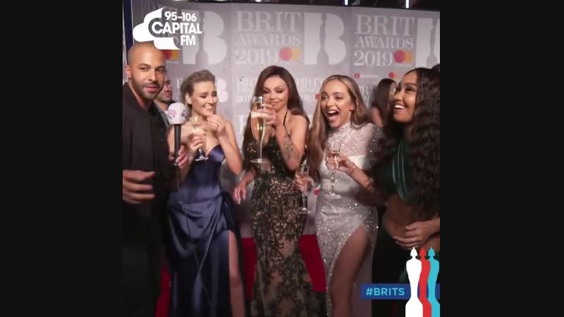 Perrie et les filles en interview sur le tapis rouge des Brits ce soir.