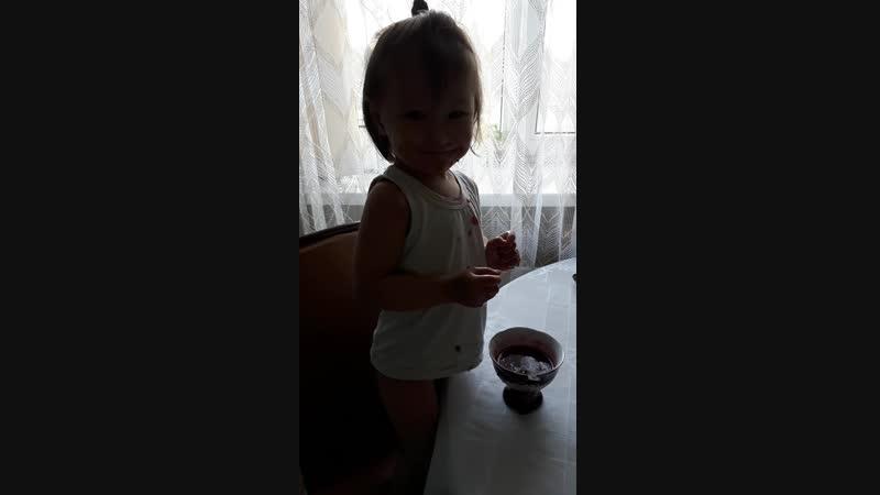 доча моя кушает варенье