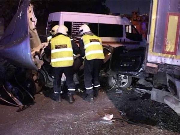Тело погибшего водителя, который угодил в фуру, спасатели извлекли из авто в ДТП на улице Калинина