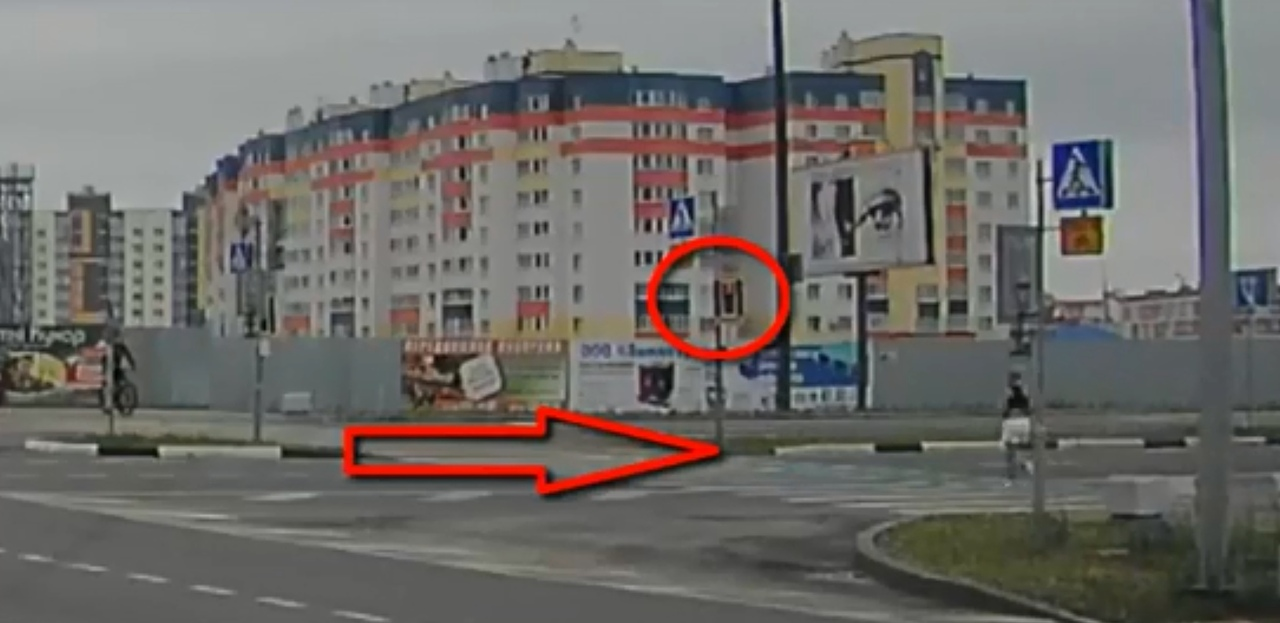 Девушка в наушниках на перекрестке опасно занимается спортом