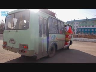 Колбаса не успела на автобус