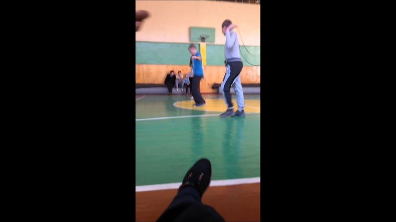 Физ-ра 14 летний мальчик прыгает на скакалке