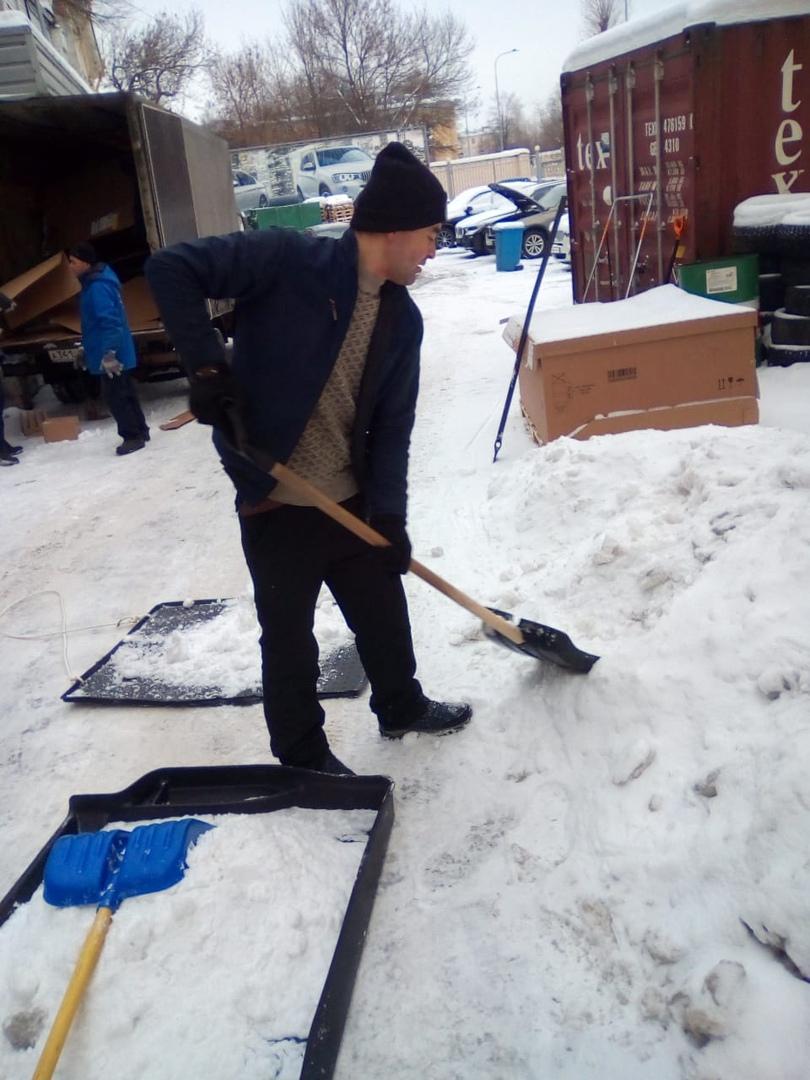 Работаем на очистке снега у салонов. nyek5GnY8yw