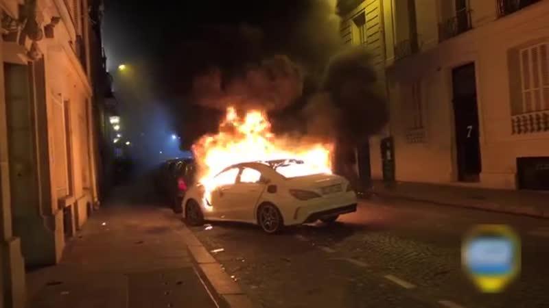 Un témoin affirme avoir vu un policier mettre le feu à une voiture