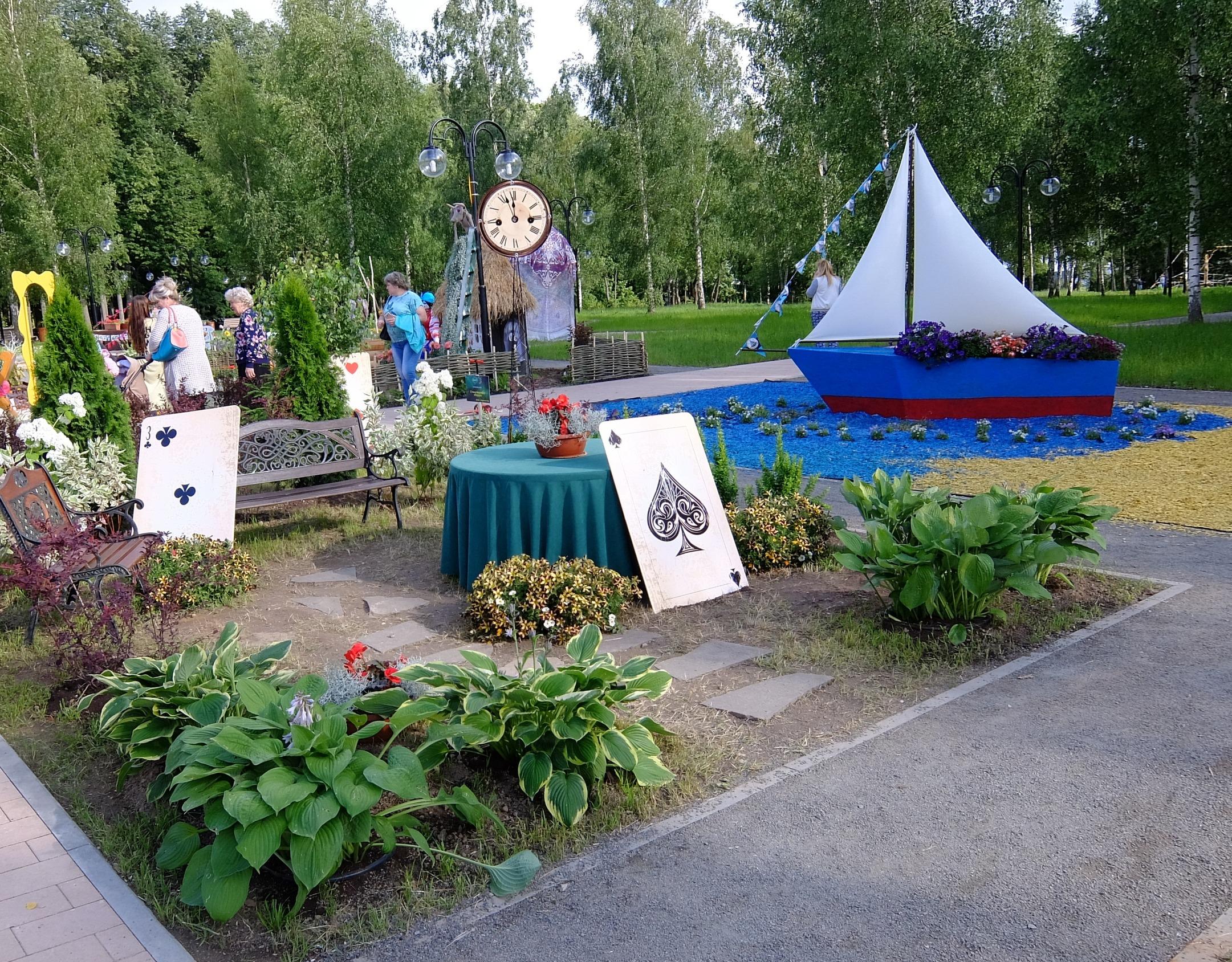 Инсталляция в парке по Пиковой даме