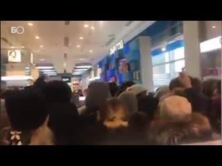 Давка из-за бесплатной помады в парфюмерном магазине Казани