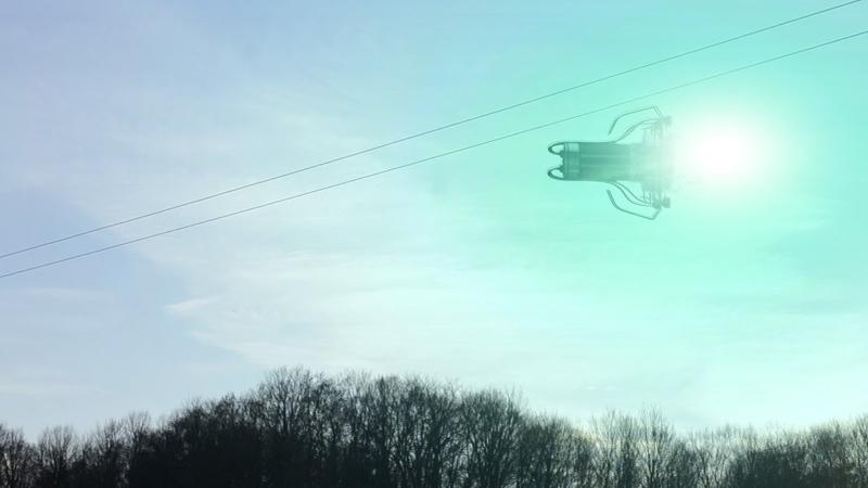 Люди смотря в небо и не могут понять ,это проделки нло или людей? явление удивило всех в небе