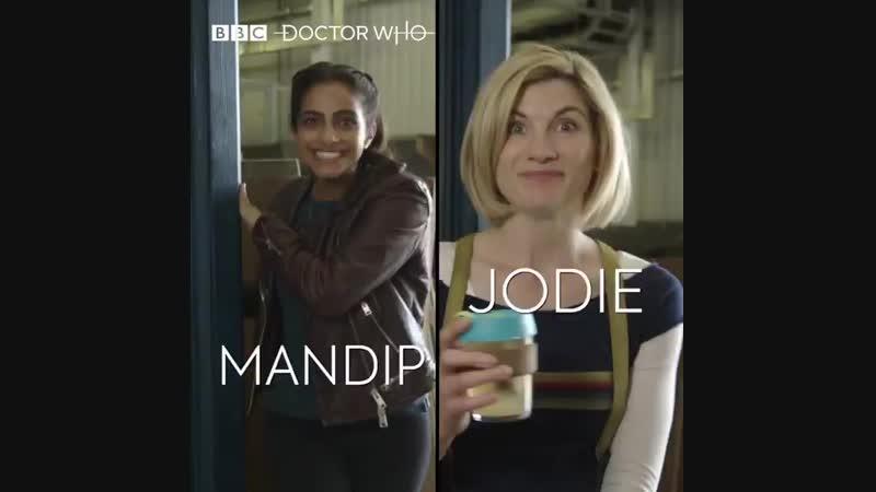 Мандип и Джоди говорят слова различными акцентами.