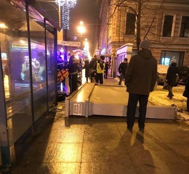 Рекламный щит упал на прохожих. Случай произошел вчера на Невском проспекте в Санкт-Петербурге. Один из
