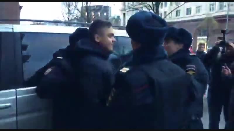 Бравая российская ментура продолжает винтить граждан, выходящих на протесты для защиты своих конституционных прав в Москве задер
