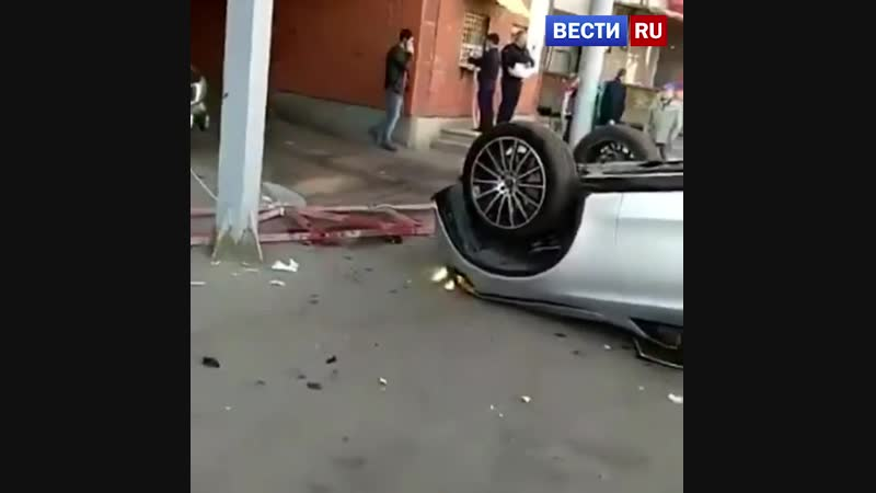 Mercedes упал со второго этажа парковки в Горбушкином дворе