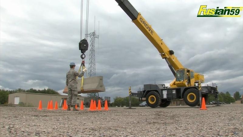 Grove Crane Crawler lifts a load