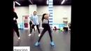 Девка круто танцует
