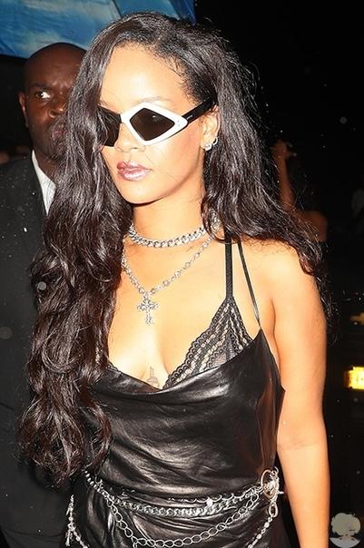 Кожаное платье, кружево и черно-белые очки: Рианна на вечеринке после показа в Нью-Йорке