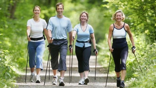 Скандинавская ходьба с палками: техника для пожилых и не только, польза, как похудеть