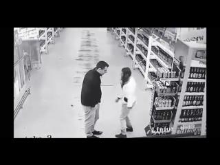 Пьяная женщина предлагает заняться сексом мужику в магазине
