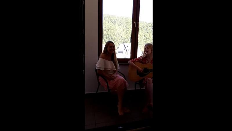 Девчата поют от души в Красной поляне. Ксения Плеханова и Дарья Милославская