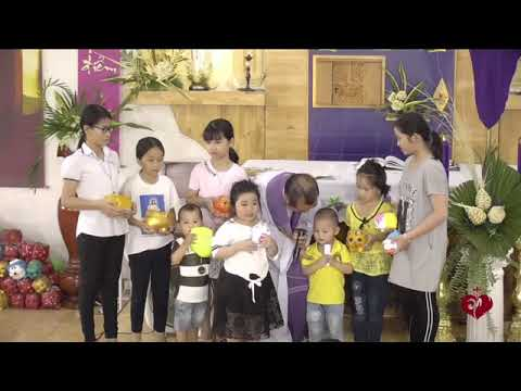 Nhiều Bạn Nhỏ Đến Với Lòng Chúa Thương Xót Dành Tặng Heo Đất Để Làm Việc Bác Ái