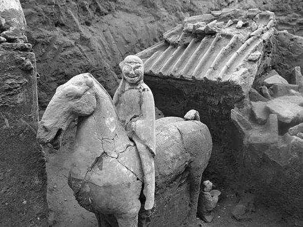Совсем недавно в Китае нашли мини-«Терракотовую армию» . Внутри ямы возрастом свыше двух тысяч лет китайские археологи обнаружили миниатюрную армию: тщательно сделанные колесницы, сторожевые