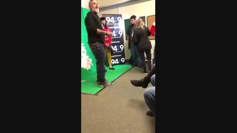 9/12/2018. Джаред за кулисами шоу с ведущими радио ALT 94.9 на фестивале Not So Silent Night Сан-Диего, США