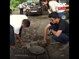 Мужчина из Индии сам ремонтирует дороги