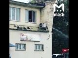Мужик решил помыть свою машину из шланга и все бы ничего, но делал он это со второго этажа, а под его окном ходили люди. СтопХ