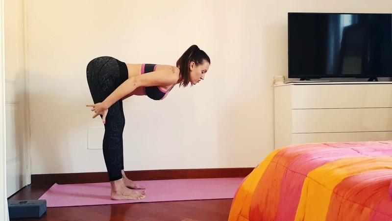 Поза прямого угла стоя - укрепление спины и растяжка ног.
