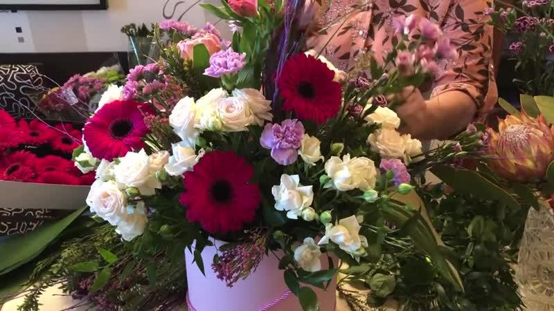 Большой букет в коробке: кустовые розы, протея, гвоздика, гербера, хвойные веточки, аспидистра, ветки польской березы, берграсс.