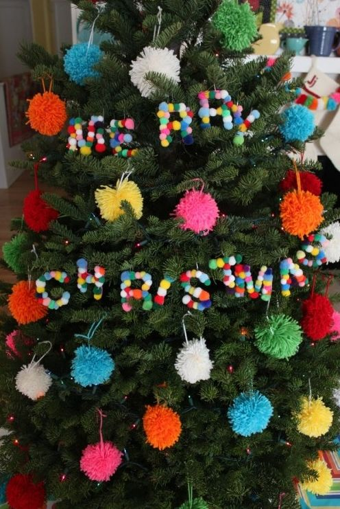 Помпончики в новогоднем декоре