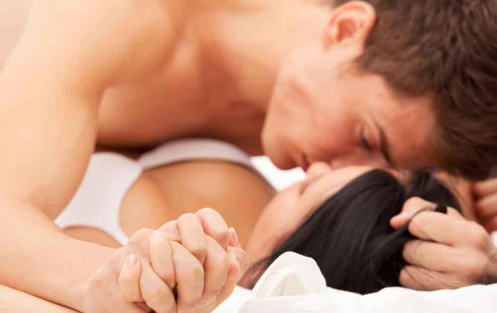 Мужское тело обычно выделяет чистую липкую жидкость из кончика полового члена непосредственно перед половым актом, что может служить для смазки стержня и облегчения проникновения.