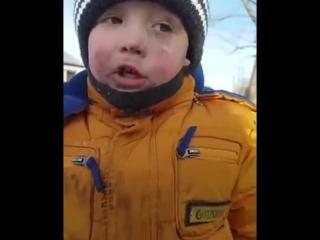 Мальчик просто проголодался и поел снег.mp4
