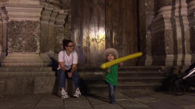 Укращение шарика под стенами собора Оахаки