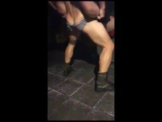 Un male stripper es lo que necesita una buena noche gay