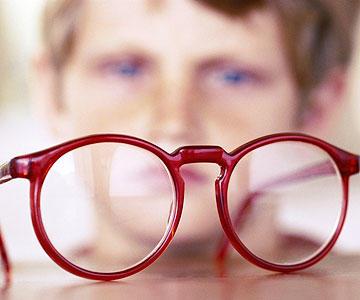 Патологическая миопия: вызвана аномальным и чрезмерным удлинением осевой длины глаза, которое не изменяется (до 6 лет).
