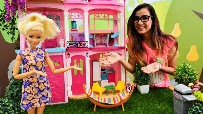 Barbie bahçesini dekore ediyor. Kız oyunu