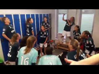 Женская команда Дижона в раздевалке после победы над Лиллем 3-1