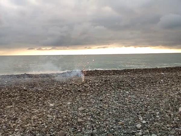 Фонтан из искр у моря 💥💦