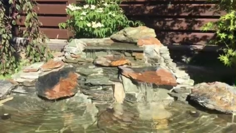 Садовый пруд с водопадом; златолит и сланец