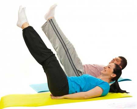 Упражнения для внутренней части бедра, которые могут нарастить мышцы ног, включают прямые подъемы ног.