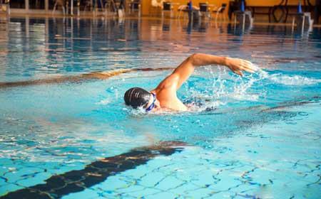 Плавание - хороший способ проработать внутреннюю часть бедер, особенно для тех, кто только начинает заниматься.