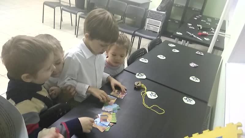 Ребята собирают пазл на игровом квесте.14.11.2018