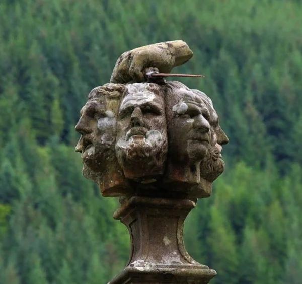 В Шотландии на берегу озера Лох-Ойх имеется одно занятное сооружение - обелиск на верхушке которого изображена рука, удерживающая кинжал и семь голов.