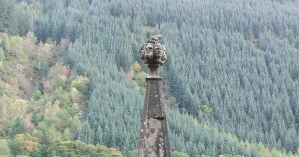 В Шотландии на берегу озера Лох-Ойх имеется одно занятное сооружение - обелиск на верхушке которого изображена рука, удерживающая кинжал и семь голов. Самым ужасным в этом памятнике является то,