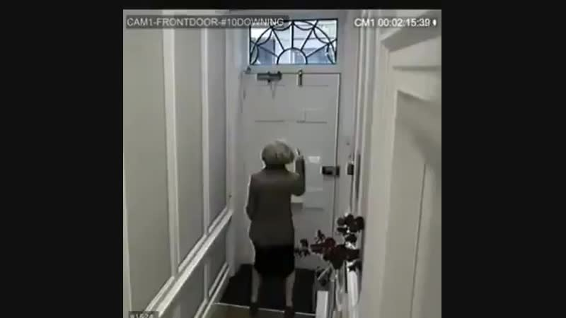 В руки журналистов RT попала видеозапись сделанная с камер наблюдения на Даунинг-стрит 10.